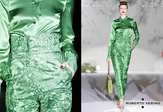 Blusa de seda y pantalón, apuesta por el verde esmeralda