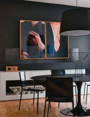 A cor preta deu um ar de sobriedade à sala de refeições do apartamento dos...
