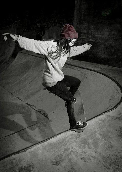 少女がスケートボードの練習