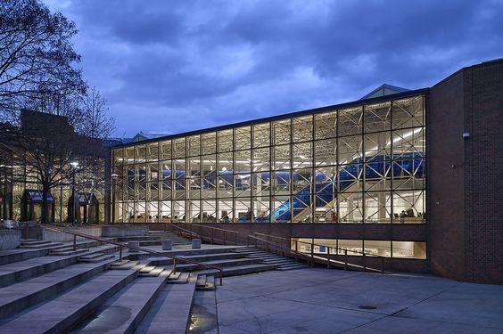 Biblioteca Universitaria Medgar Evers  / ikon.5 architects