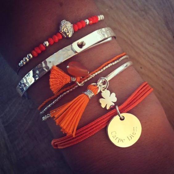 Composition de bracelet orange personnalisable - L'Atelier d'Amaya #bracelet #bijoux #femme #pompon #gravure