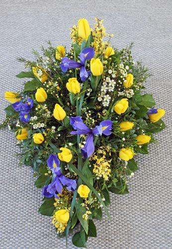 Sorgdekoration med gula tulpaner och ginst, blå iris och vit vaxblomma http://holmsundsblommor.blogspot.se/2012/04/gult-och-blatt.html. Nr 3L