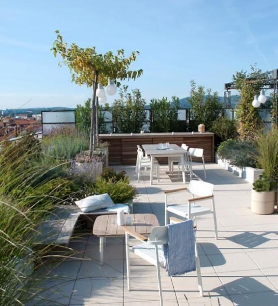 Coin Salon Amenage Sur Ce Toit Terrasse Avec Vue Sur La Ville De Lyon Lyon Toit Terrasse Rooftop Salo In 2020 Outdoor Furniture Sets Rooftop Garden Outdoor Decor
