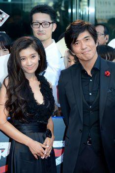黒いドレスを着ている篠原涼子