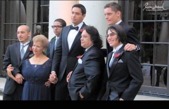 Una foto de Juan Gabriel con sus cuatro hijos en la boda de su hijo mayor.