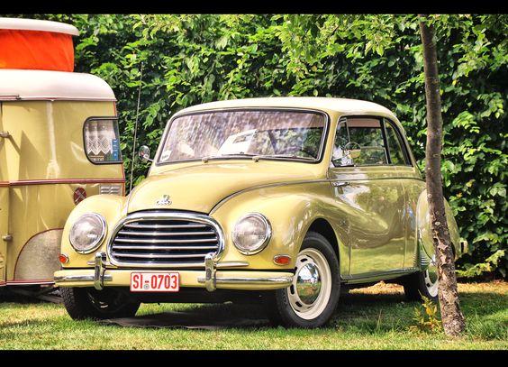 """Auto union DKW 1000 S - Der Auto Union 1000 ist ein PKW der unteren Mittelklasse mit Dreizylinder-Zweitaktmotor und Frontantrieb der Auto Union. Der Nachfolger des """"Großen DKW 3=6"""" (F94) war der einzige Personenwagen der Auto Union, bei dem als Marke der Hersteller und nicht DKW verwendet wurde. Im August 1963 folgte der DKW F102 als letzter westdeutscher Serienwagen mit Zweitaktmotor."""