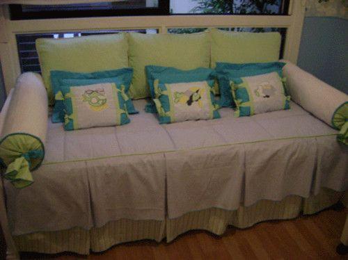 sofa cama : colcha para sofa cama en çhabitacion infantil dedecorado con cojines y caramelos en compose | soledadcortinas