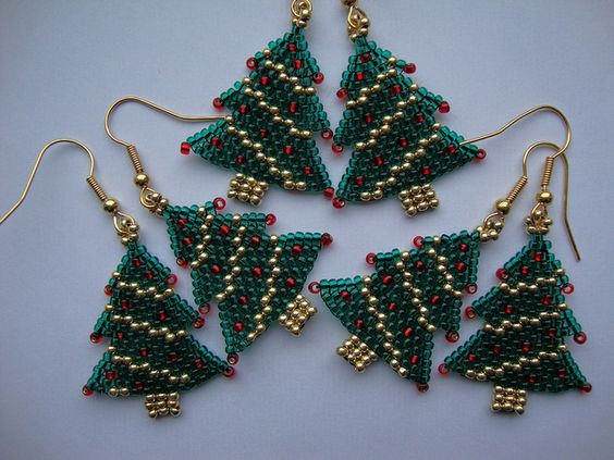Brincos de Árvore de Natal feito com vidrilhos. Crie seus enfeites!  www.ldicristais.com.br  Christmas Tree Earrings