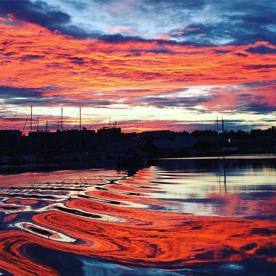 21時過ぎてようやく日が沈みかけましたボートが通り過ぎるとこんな模様に#porvoo#finland #sunset