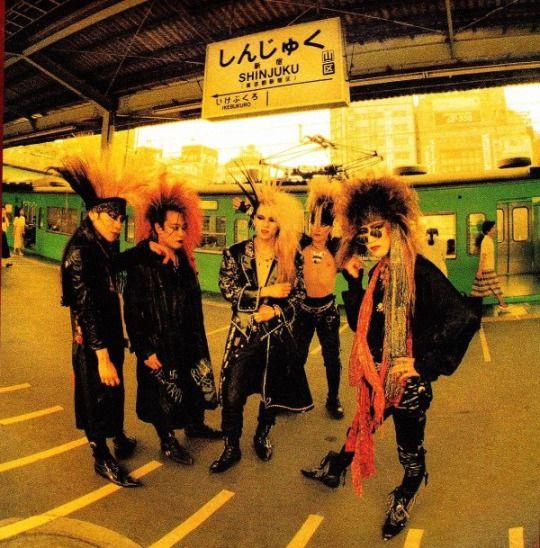 新宿駅のホームに立っているメンバー5人のX JAPANの画像