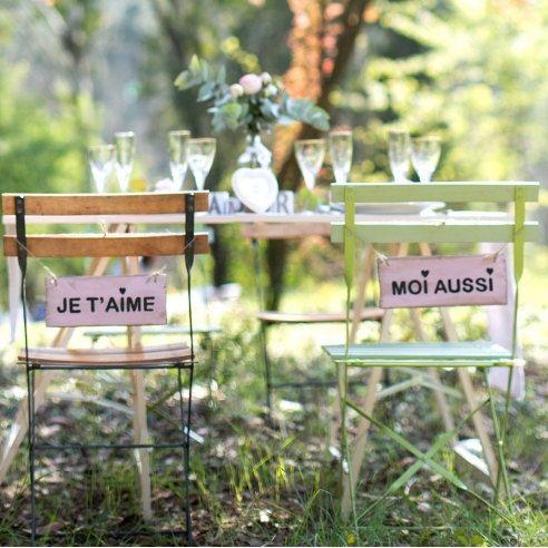 2 jolies pancartes à placer derrière les chaises des mariés. parfaits pour une décoration de mariage vintage et originale. Derrière lune il est noté: