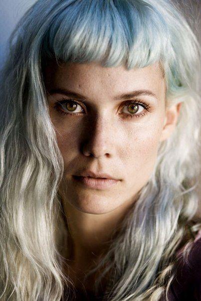 Oh Land! Pale blue/blond & short fringe