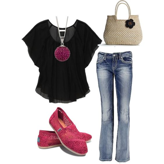 loving the color combo of the black shirt with jeans and pink shoes and necklace!