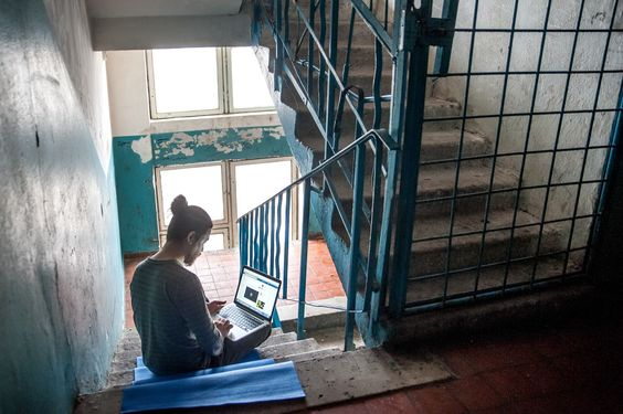 Виктор предпочитает работать дома. Но если хочется закурить, а на балконе холодно, он перебирается на лестницу. На последнем этаже почти никто не ходит и не отвлекает от работы.: