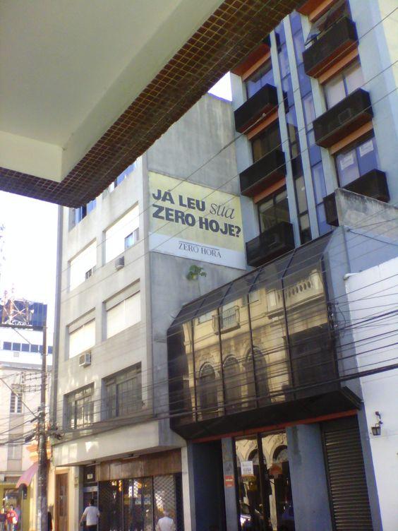 MÍDIA EXTERNA. DIVULGAÇÃO. (anuncio comercial da Zero Hora na Rua Quinze de Novembro)