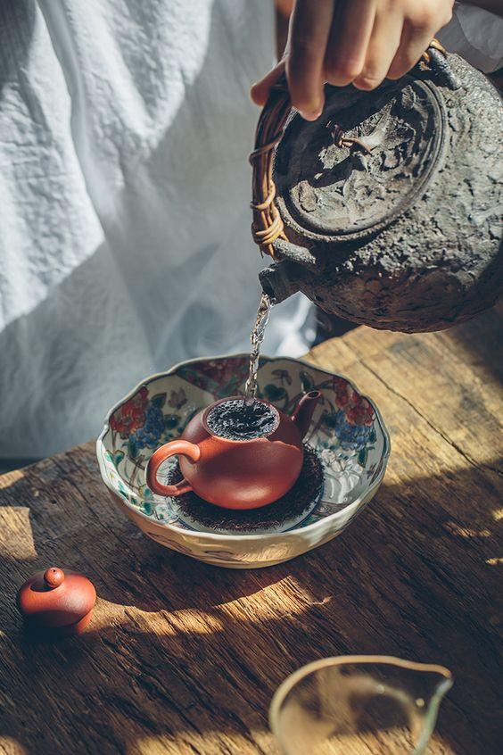 Brew a teapot early morning, enjoying the bright, pleasant sunshine. . . . #claypottery #teapot #bowl #teabowl #teatray #kettle #sunshine #morning #claypot #handpainted #potmat #luffamat #yixing #teaboard #gongdaobei #ceramics #zishahu #brewingtea #teamaking #teacup #instea #teaddict #flowers #redglaze #teaset #teablogger #teamoment #teasommelier #te #morimatea