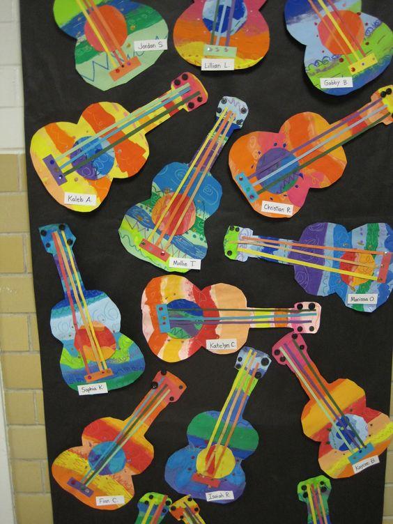 Los niños harán su propia guitarra. Primero harán la silueta en una cartulina y la decorarán como ellos quieran. Después se les irá añadiendo los detalles de las guitarras.