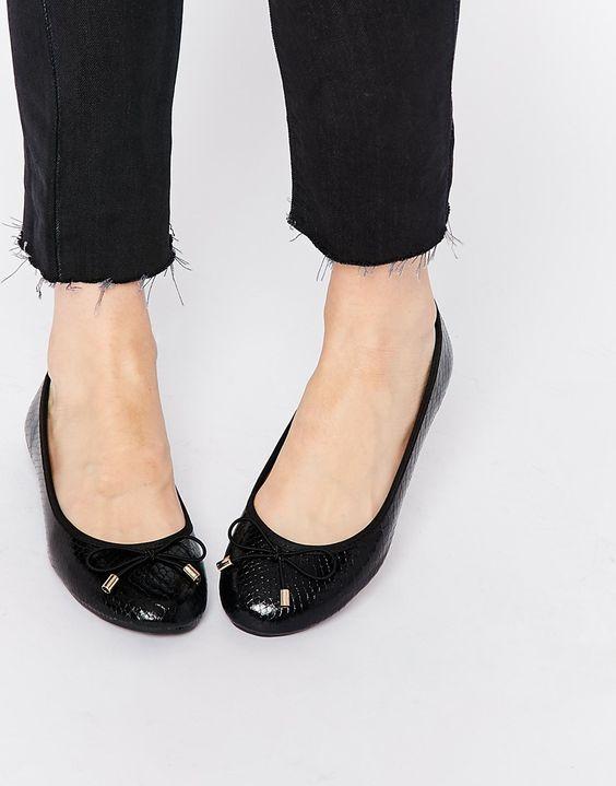 Schuhe von Carvela Obermaterial aus Kunstleder strukturierte Oberfläche Schleifenapplikation mit goldener Verzierung gerundete Zehenpartie flache Sohle Mit feuchtem Tuch abwischen.
