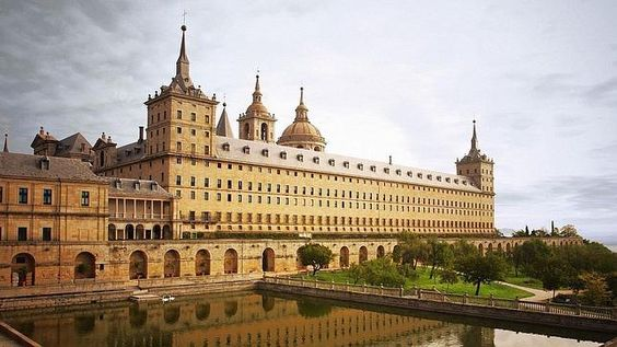 Las huellas esotéricas, el templo de Salomón y otras historias que no sabías de El Escorial.Vista de la entrada sur del monasterio