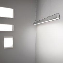 Boma Led diseñado por ENRICO DAVIDE BONA & ELISA NOBILE, es la solución ideal en oficinas, recepciones o espacios comerciales donde precisemos una buena calidad de luz sin deslumbramientos, con una distribución perfecta y uniforme.