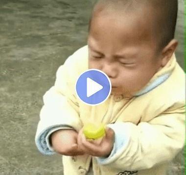 Menino comendo limão e fazendo careta fofa.