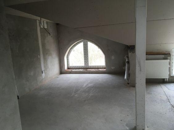 Окно в пол в большом пространстве огромной комнаты