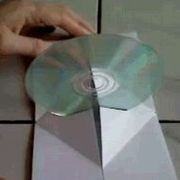 clever guide for turning a piece of paper into a folding beak that lifts your disc straight up when you open the case.