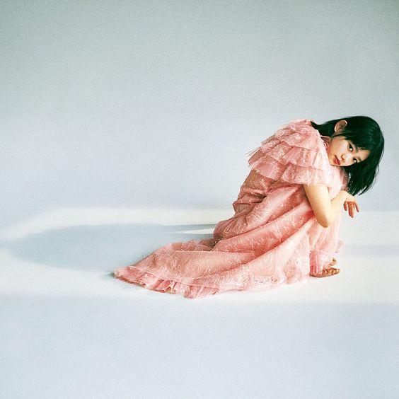 ピンクドレスの杉咲花