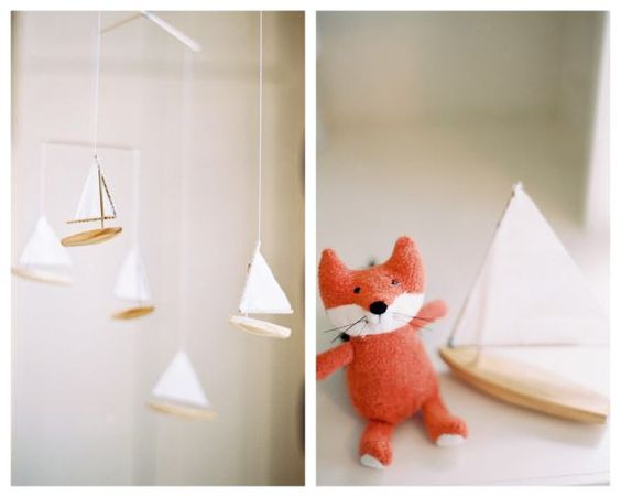 A children mobile made with little ships, perfect for this Woodland Nursery !