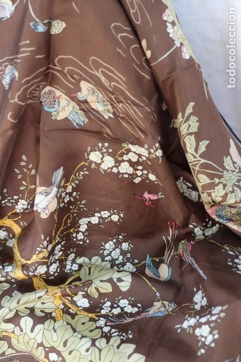 Elegante pañuelo de cuello de seda con aves del paraiso y
