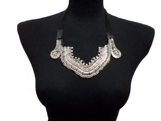 Perlée shirt col collier avec des perles en métal gris brillant, satiné pierres de liage.