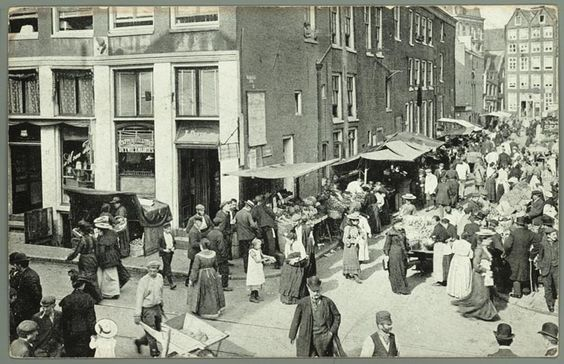prentbriefkaart van de Jodenbreestraat in Amsterdam bij de hoek van de Uilenburgersteeg, ca. 1912