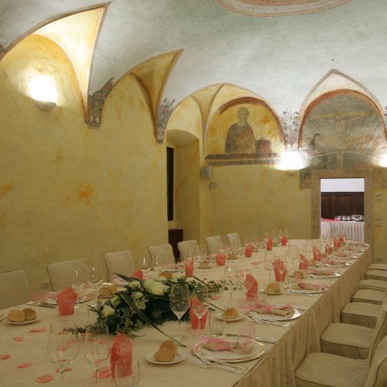 hall cerimony, lunch and dinner. #sala #affreschi #castello #evento #pink #allestimento #centrotavola