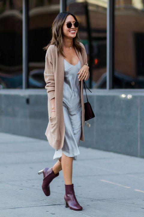 Aimee Song con un slip dress, cardigan café y botas tintas