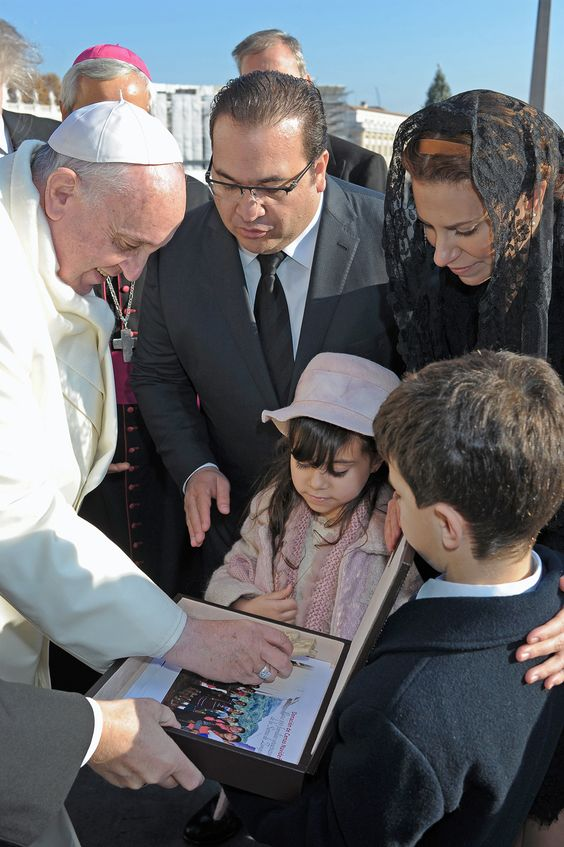 En la salutación, donde también estuvo presente la señora Karime Macías Tubilla y sus hijos Javier y Carolina, el Gobernador entregó al Papa un documento sobre un importante programa que consiste en ayudar a las familias que necesitan apoyo especial.
