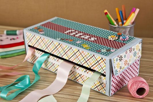Outro material muito aproveitável na hora da reciclagem é a caixa de sapato. Com criatividade e dedicação dá para fazer coisas encantadoras, como esse porta fitas, que além de funcional é bem decorativo. - Veja mais em: http://www.vilamulher.com.br/artesanato/passo-a-passo/caixa-de-sapato-reciclada-17-1-7886495-169.html?pinterest-mat