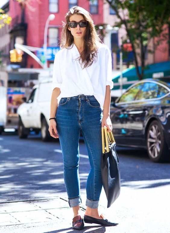 Look calça jeans com a barra dobrada, camisa branca e mocassim preto.