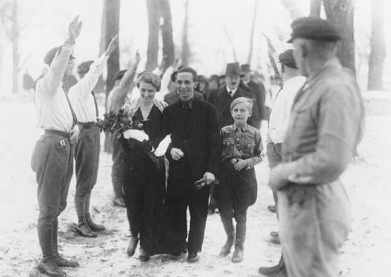 Casamento de Paul Joseph Göbbels com  Magda Göbbels. Adolf Hitler vem logo atrás, como Padrinho de Casamento.