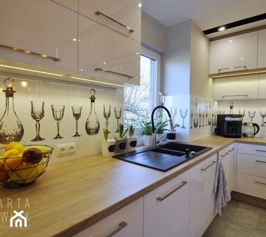 Kuchnia W Ksztalcie Litery L Z Oknem Aranzacje Pomysly Inspiracje Kitchen Cabinets Kitchen Home Decor