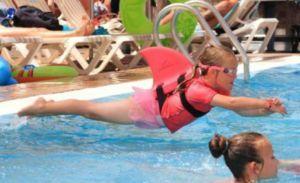 SwimFin: Schwimmhilfe mit Haifischflosse - http://www.dravenstales.ch/swimfin-schwimmhilfe-mit-haifischflosse/