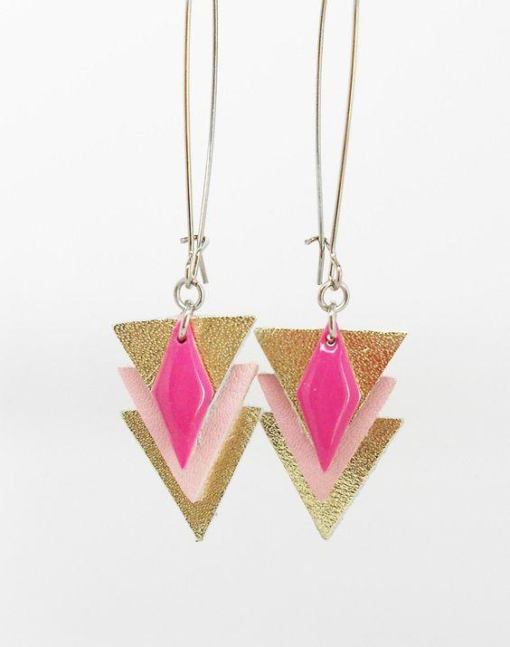 boucles d'oreilles fil triangles dorés et roses en cuir et breloque émail de la boutique bout2bijoux sur Etsy