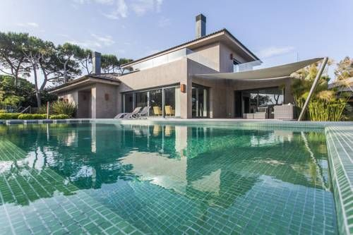 LxWay Cascais Villa Cascais Featuring an outdoor pool, LxWay Cascais Villa is a detached villa situated in Cascais. The villa is 2.6 km from Cascais Town Hall. Free WiFi is featured throughout the property and free private parking is available on site.