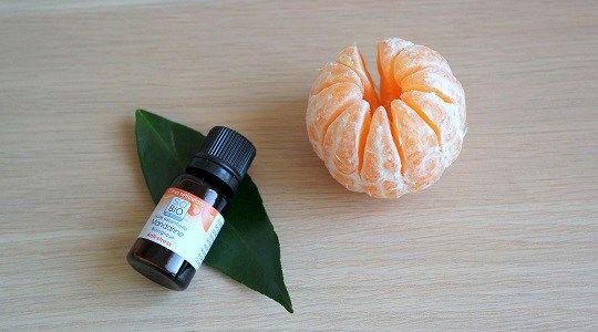 Comment utiliser facilement l'huile essentielle de mandarine et toutes ses caractéristiques et indications requises pour l'employer en sécurité.