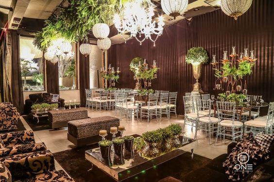 Arranjos baixos, tons monocromáticos, elementos aéreos e muito mais! Confira as tendências de decoração de casamento para 2016! #decoração #casamento #tendência2016 #decoraçãosuspensa #arranjofloral #noivinhasdeluxo