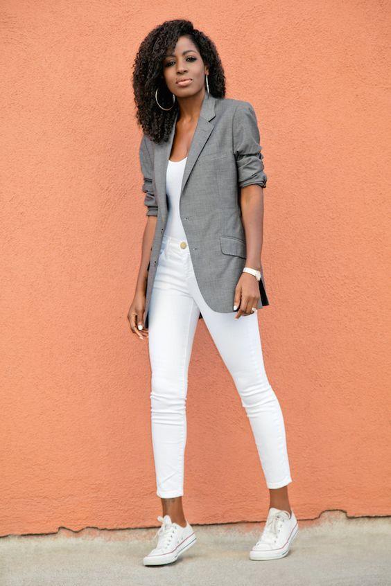 Como usar peças do escritório no look casual. Blazer cinza com manga dobrada, regata branca, calça branca, tênis branco