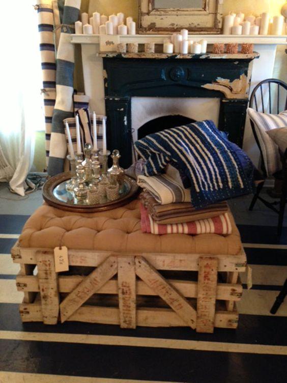 Винтажный кофейный столик из грубых досок и мягкой обивки с каретной стяжкой