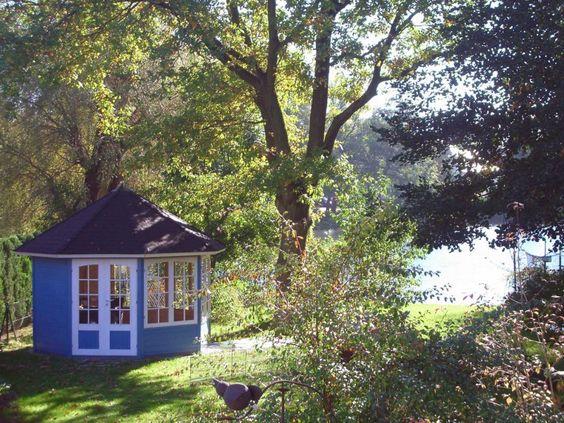 Ein Häuslein steht im Walde ganz blau und hübsch :) Dieses royalblaue 5-Eck-Gartenhaus macht auch am See gelegen eine gute Figur.