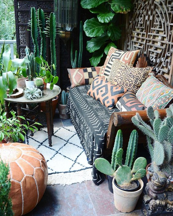 my tiny bohemian balcony- photo by @apartmentf15:
