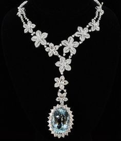 Oval Shaped Aquamarine And Round Brilliant Cut Diamond Necklace Set In 18k Gold