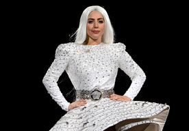 26-Jun-2014 11:50 - LADY GAGA GOES DIANA ROSS. Een fashion-kameleon, zo kunnen we Lady Gaga het beste in één woord omschrijven. Afgelopen week werd ze gespot met een look die ernstige gelijkenissen vertoont met Diana Ross in de jaren '70. Bekijk hier de foto's en oordeel zelf! Lady Gaga met zwarte krullen en poederroze japon.